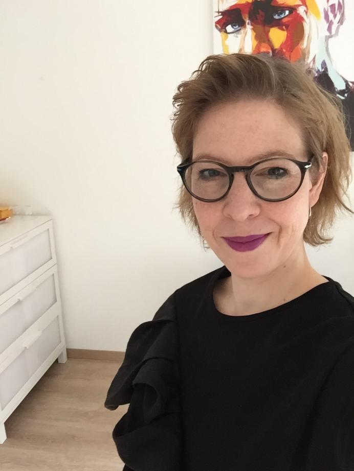 Mein Name ist Caroline.Ich bin Inhaberin der Firma Talent & Soul / Caroline Fischer.Ich arbeite selbstständig als Persönlichkeitscoach und Stylistin.Nebenher schreibe ich auch den blog fashionfuntalk.blog